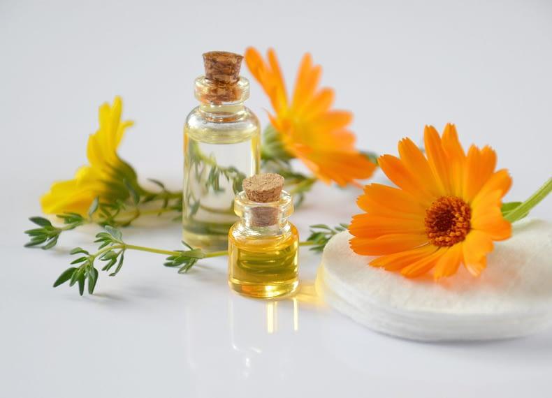 frascos de oleo com flores ao lado